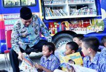 DESAKU PINTAR: Bupati Fadeli bersama anakpanak saat launching Desaku Pintar di Desa Sumengko, Kecamatan Kedungpring, Lamongan, Kamis (13/9). | Foto: Barometerjatim.com/HAMIM ANWAR