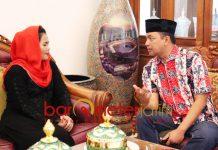 SAMBUT PUTI GUNTUR: Gus Hans saat menyambut kedatangan Puti Guntur di kediaman Khofifah di Jemursari, Surabaya. | Foto: Barometerjatim.com/ROY HASIBUAN