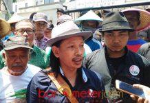 AKSI DI HARI TANI: Perwakilan kelompok tani menggelar aksi damai dengan mendatangi kantor DPRD Lamongan, Senin (24/9). | Foto: Barometerjatim.com/HAMIM ANWAR