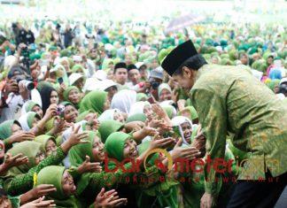 JOKOWI-MUSLIMAT NU: Presiden Jokowi saat menghadiri acara Muslimat NU di Malang. Warga Muslimat NU vertikal bersama Khofifah. | Foto: Barometerjatim.com/DOK
