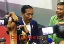 KUNJUNGAN KE SURABAYA: Presiden Jokowi usai penyerahan 5.000 sertifikat tanah di JX International, Surabaya, Kamis (6/9). | Foto: Barometerjatim.com/NANTHA LINTANG