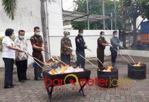 BB KEJAHATAN: Pemusnahan barang bukti kejahatan di Kejaksaan Negeri (Kejari) Tanjung Perak, Surabaya, Kamis (20/9). | Foto: Barometerjatim.com/ABDILLAH HR
