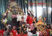 PAHLAWAN ASIAN GAMES: Peraih medali di Asian Games diarak dengan kereta ul daul bersama Khofifah, Emil Dardak dan Arumi Bachsin.   Foto: Barometerjatim.com/MARIJAN AP