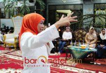 MOTIVASI SANTRI: Gubernur Jatim terpilih, Khofifah saat memotivasi santri Ponpes Amanatul Ummah Surabaya, Sabtu (15/9) malam. | Foto: Barometerjatim.com/ABDILLAH HR