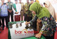 PERESMIAN: Khofifah Indar Parawansa meresmikan Gedung KB-TK Khadijah di Wonorejo, Rungkut, Surabaya, Senin (17/9). | Foto: Barometerjatim.com/ROY HASIBUAN