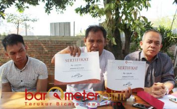 SKEMA SERENTAK: Rahmat K Siregar (kanan) saat menggelar jumpa pers di Surabaya, Kamis (27/9). Meminta Yusuf Mansur kembalikan uang korban skema serentak. | Foto: Barometerjatim.com/ROY HASIBUAN