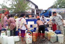 LAMONGAN KEKERINGAN: Dropping air bersih di desa di Kabupaten Lamongan yang mengalami kekeringan. Total 78 dan 58 desa kekurangan air bersih. | Foto: Barometerjatim.com/HAMIM ANWAR