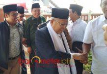 ROADSHOW PESANTREN: Bakal Cawapres, KH Ma'ruf Amin didampingi Muhaimin Iskandar saat tiba di Bandara Juanda, Senin (3/9). | Foto: Barometerjatim.com/ENEF MADURY
