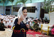 MOTIVASI SANTRI: Menteri BUMN, Rini Soemarno memberi motivasi santri Ponpes Amanatul Ummah di Surabaya, Sabtu (15/9). | Foto: Barometerjatim.com/ABDILLAH HR
