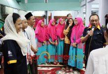 PERTANYAAN BERHADIAH: Rini Soemarno menyaksikan Dirut BTN Maryono memberikan pertanyaan berhadiah untuk santri Ponpes Amanatul Ummah Surabaya, Sabtu (15/9). | Foto: Barometerjatim.com/ABDILLAH HR