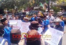 SOROTI KINERJA Satlak P4GN: PMII Lamongan melakukan aksi terkait maraknya persaran narkoba, Kamis (27/9). Mereka soroti kinerja Satlak P4GN. | Foto: Barometerjatim.com/HAMIM ANWAR