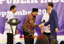 PERAN PENTING PTS: Gubernur Soekarwo mendampingi Presiden Jokowi di Universitas PGRI Adi Buana Surabaya, Kamis (6/9). | Foto: Barometerjatim.com/ABDILLAH HR