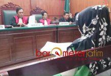 PLEDOI PEMBOBOL SERVER: Terdakwa Keny Erviati membacakan pledoi dalam persidangan di Pengadilan Negeri (PN) Surabaya, Senin (17/9). | Foto: Barometerjatim.com/ABDILLAH HR