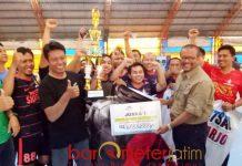 JUARA FUTSAL: Tim futsal wartawan Sidoarjo menjuarai Turnamen Futsal Antarpokja Wartawan 2018 di Surabaya, Kamis (27/9). | Foto: Barometerjatim.com/RADITYA DP