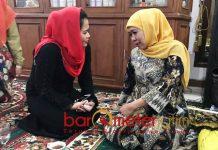 PUTI SOWAN KHOFIFAH: Puti Guntur saat berbincang hangat dengan Khofifah di kediamannya Jemursari, Surabaya, Minggu (19/9) malam. | Foto: Barometerjatim.com/ROY HASIBUAN