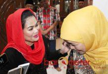 URUSAN EMAK-EMAK: Puti Guntur bercanda akrab penuh kekeluargaan dengan Khofifah di kediamannya Jemursari, Surabaya, Minggu (19/9) malam. | Foto: Barometerjatim.com/ROY HASIBUAN