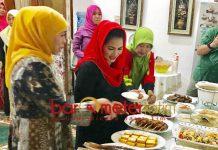 HIDANGAN MALAM: Puti Guntur menikmati hidangan makan malam di kediaman Khofifah di Jemursari, Surabaya, Minggu (16/9) malam. | Foto: Barometerjatim.com/HAMIM ANWAR