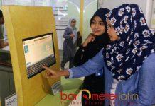 SISTEM ONLINE: Pasien Rumah Sakit Pelindo Husada Citra (RS PHC) mencoba layanan APM yang diresmikan Sabtu (1/9) siang.   Foto: Barometerjatim.com/NANTHA LINTANG