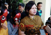 SEKS KEROYOKAN: AS dan IN (bertopeng) digelandang ke Polrestabes Surabaya lantaran membuka layanan seks threesome bertarif Rp 1,4 juta.   Foto: Barometerjatim.com/NANTHA LINTANG