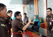 PENILAIAN SIDAKARYA: Sesjamwas Kejagung, Elvis Johnny dan Tim Sidakarya saat melakukan penialaian di Kejari Surabaya, Kamis (14/9). | Foto: Barometerjatim.com/ABDILLAH HR