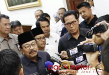 PERCEPAT PAW: Pakde Karwo usai menggelar pertemuan terkait PAW 41 anggota DPRD Kota Malang di Grahadi, Surabaya, Rabu (5/9). | Foto: Barometerjatim.com/ABDILLAH HR