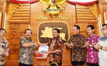 PENYERAHAN SK PAW: Gubernur Soekarwo menyerahkan 40 SK Penggantian Antar Waktu (PAW) anggota DPRD Kota Malang. | Foto: Barometerjatim.com/ABDILLAH HR