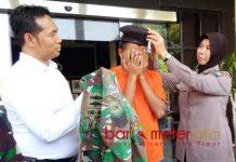 TNI GADUNGAN DIRINGKUS: Anggota TNI AL gadungan diringkus Satreskrim Polrestabes Surabaya setelah menipu perempuan di media sosial. | Foto: Barometerjatim.com/NANTHA LINTANG