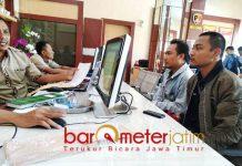 LAPORKAN UNIT BRI: Rofiq Udin Wibowo melaporkan BRI unit Pasar Kota Lamongan ke Polres Lamongan, Jumat (28/9). | Foto: Barometerjatim.com/HAMIM ANWAR
