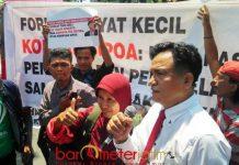 YUSRIL DIHADANG: Yusril Ihza Mahendra yang dihadang massa korban Sipoa Group di depan gedung Pengadilan Negeri (PN) Surabaya, Rabu (12/9). | Foto: Barometerjatim.com/ABDILLAH HR