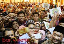DISERBU PENDUKUNGNYA: Sandiaga Uno usai menghadiri acara Diskusi Publik Kekinian di kantor Pimpinan Wilayah Muhammadiyah (PWM) Jatim, Surabaya, Kamis (27/9).   Foto: Barometerjatim.com/ROY HASIBUAN