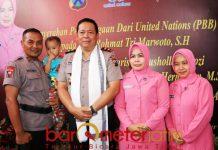 ANGGOTA BRIMOB TELADAN: Ipda Rochmat (menggendong anak asuhnya) bersama Kapolda Irjen Pol Luki Hermawan usai menerima penghargaan dari Unicef, Senin (15/10).