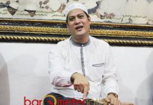 PERBANYAK SHALAWAT: Gus Anam mengajak perbanyak shalawat nabi agar Indonesia tidak sering dihantam bencana alam. | Foto: Barometerjatim.com/ROY HASIBUAN