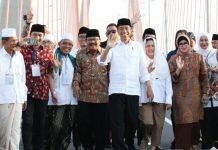 TOL SURAMADU GRATIS: Presiden Jokowi didampingi Gubernur Soekarwo meresmikan perubahan status Jembatan Suramadu menjadi jalan non tol, Sabtu (27/10). | Foto: Barometerjatim.com/ABDILLAH HR