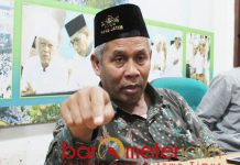 UNDANG JOKOWI: KH Marzuki Mustamar saat konferensi pers di Gedung PWNU Jatim, Kamis 25/10). Jokowi diundang sebagai presiden, bukan calon presiden. | Foto: Barometerjatim.com/ROY HASIBUAN