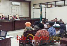 KESAKSIAN PERKARA SUAP: Kabil Mubarok dan empat anggota DPRD Jatim bersaksi untuk terdakwa Samsul Arifin di Pengadilan Tipikor Surabaya, Senin (15/10). | Foto: Barometerjatim.com/ABDILLAH HR