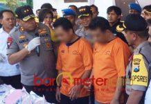 PENGEDAR SABU: Irjen Pol Luki Hermawan (kiri) dan dua tersangka, paman dan keponakan, pengedar sabu di Mapolrestabes Surabaya, Rabu 10/10).   Foto: Barometerjatim.com/NATHA LINTANG