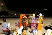 PENGUNGSI KORBAN GEMPA: Pengungsi korban gempa dan tsunami di Palu dan Donggala tiba di Bandara Internasional Juanda, Rabu (3/10) malam. | Foto: Barometerjatim.com/ABDILLAH HR