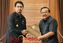 PLT WALI KOTA PASURUAN: Soekarwo menyerahkan SK Plt Wali Kota Pasuruan kepada Raharto Teno Prasetyo di ruang kerja gubernur, Sabtu (8/10). | Foto: Barometerjatim.com/ABDILLAH HR