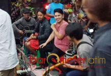 MUSIK AMAL: Ronnie Sianturi ambil bagian dalam musik amal untuk korban bencana alam bersama BKC Blitar, Sabtu (13/10) sore. | Foto: Barometerjatim.com/NATHA LINTANG