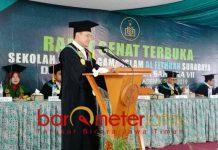WISUDA STAI Al Fithrah: Wisuda Sekolah Tinggi Agama Islam (STAI) Al Fithrah Surabaya di Auditorium STAI Al Fithrah, Sabtu (27/10). | Foto: Barometerjatim.com/ENEF MADURY