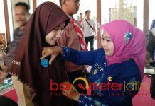 PENGUKUHAN: Kartika Hidayati mengukuhkan Kader Muda Anti Narkoba yang ditandai dengan penyematan pin, Jumat (5/10). | Foto: Barometerjatim.com/HAMIM ANWAR