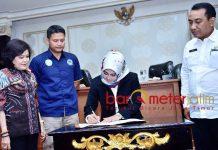 KERJASAMA: Ketua Satlak P4GN, Kartika Hidayati meneken kerjasama dengan BNK Pulang Pisau, Kalteng, terkait pencegahan dan perdaran narkoba. | Foto: Barometerjatim.com/HAMIM ANWAR