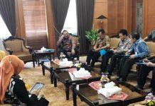 PENANGANAN GEMPA: Gubernur Soekarwo menggelar rapat terbatas dengan para kepala dinas terkait gempa di Jatim, Kamis (11/10). | Foto: Barometerjatim.com/ABDILLAH HR