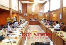 KELUHKAN PBJS: Sekdaprov Jatim, Heru Tjahjono saat Rapat Kerja (Raker) bersama Komite III DPD RI, Selasa (27/11). | Foto: Barometerjatim.com/ABDILLAH HR