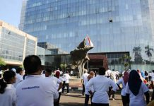 SAMBUT KEMBALINYA GEDUNG: Pegawai Kemensos melakukan senam pagi di halaman Gedung Cawang Kencana, Cawang, Jakarta Timur. | Foto: IST