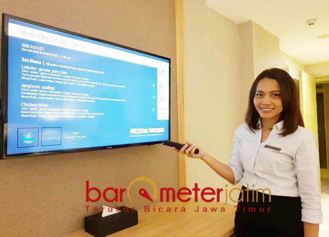 CUKUP PENCET REMOTE: Christina Helen menunjukkan layanan berbasis digital di Grand Dafam Surabaya Hotel. | Foto: Barometerjatim.com/WIRA HARLIJADI