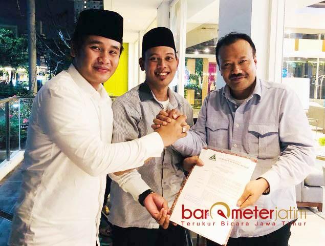 SK PENUNJUKAN: Gus Aam (tengah) bersama Gus Abid (kiri) menerima SK penunjukan yang diserahkan Alfa Isnaeni | Foto: | Foto: Barometerjatim.com/DOK