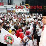 UNTUK KEMENANGAN JOKOWI: Gus Hans (kanan) saat deklarasi Barkod Jokowi di JX Internasional Surabaya, Jumat (9/11).   Foto: Barometerjatim.com/ROY HASIBUAN