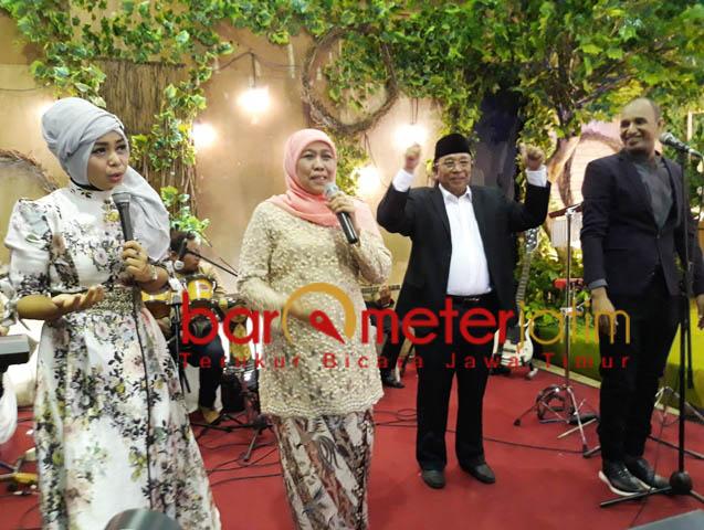 MOMENT ISTIMEWA: Khofifah menyanyikan lagu saat menghadiri resepsi pernikahan putra Haji Masnuh, Sabtu (10) malam. | Foto: Barometerjatim.com/ROY HASIBUAN