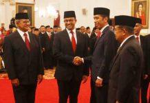 SALAMI ANIES BASWEDAN: Presiden Joko Widodo menyalami Anies Baswedan usai menyerahkan penghargaan untuk kakeknya, Abdurrahman Baswedan. | Foto: Humas Kemensos